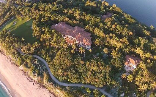 La Isla Espectacular mansión en la isla rodeada del océano.